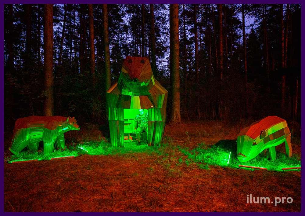 Пара деревянных медведей и фигура свиньи с разноцветным окрашиванием в парке