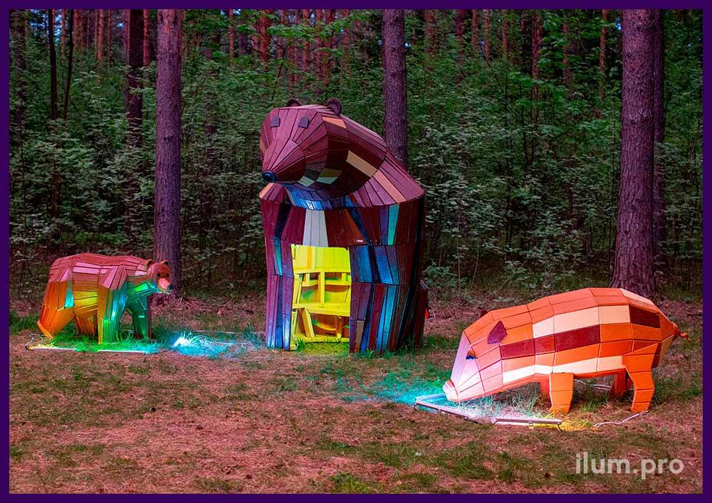 Деревянные арт-объекты в форме животных, медведи и свиньи на детской площадке