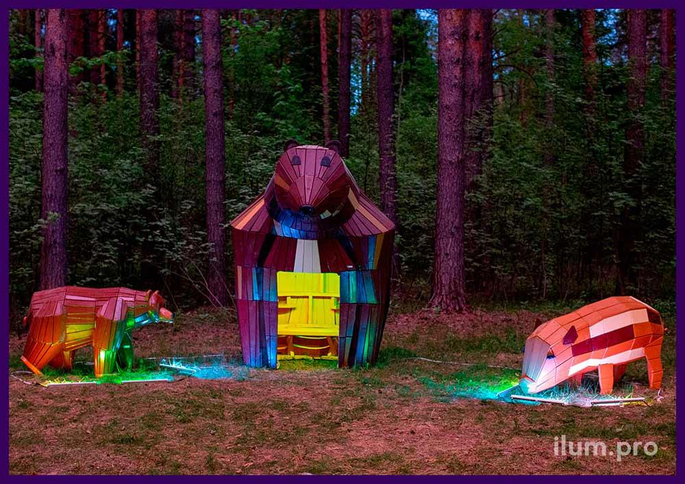 Свинка и пара медведей из дерева в парке, разноцветные арт-объекты на детской площадке