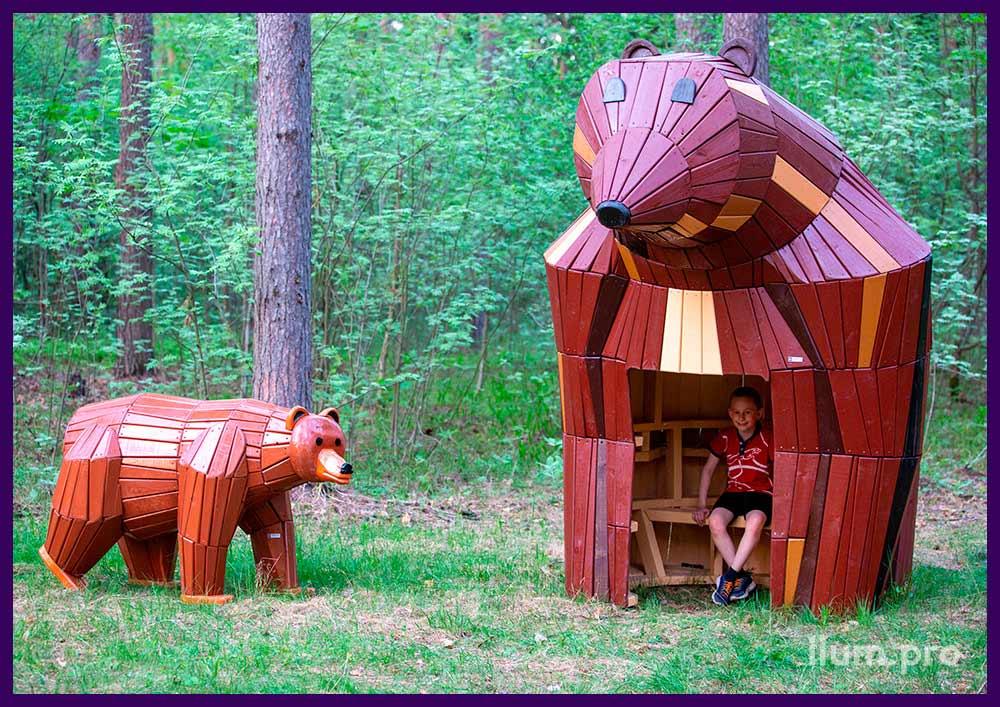 Деревянные арт-объекты в парке, домик со скамейкой и фигура медведя