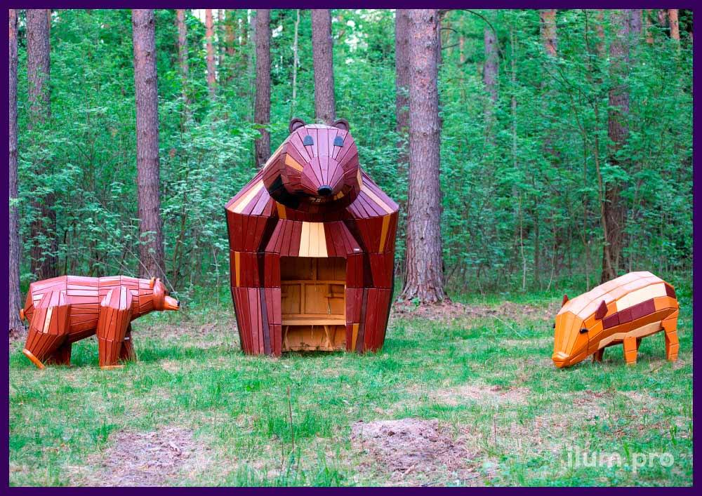 Фигуры медведей и свиней на детской площадке, деревянные арт-объекты в городском парке
