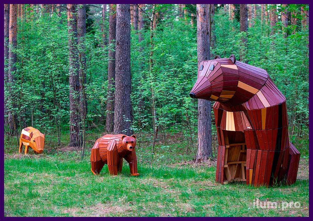 Деревянные фигуры животных разных размеров на детской площадке в городском парке