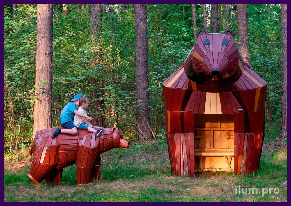 Медведь из дерева и домик со скамейкой внутри - благоустройство парка