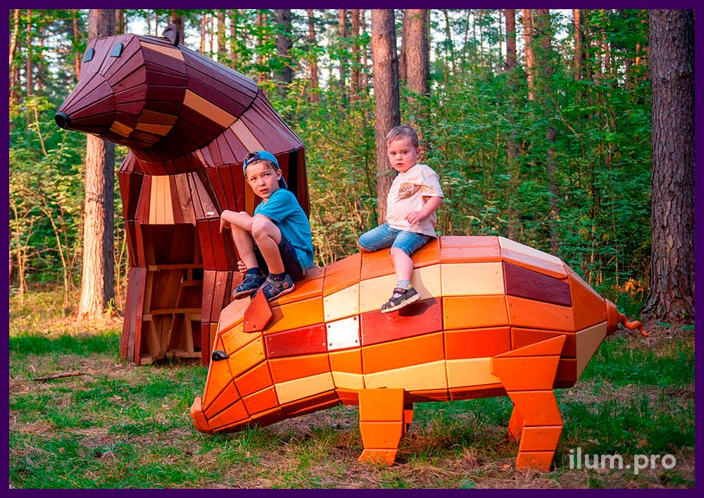 Благоустройство территории парка деревянными фигурами животных разных цветов