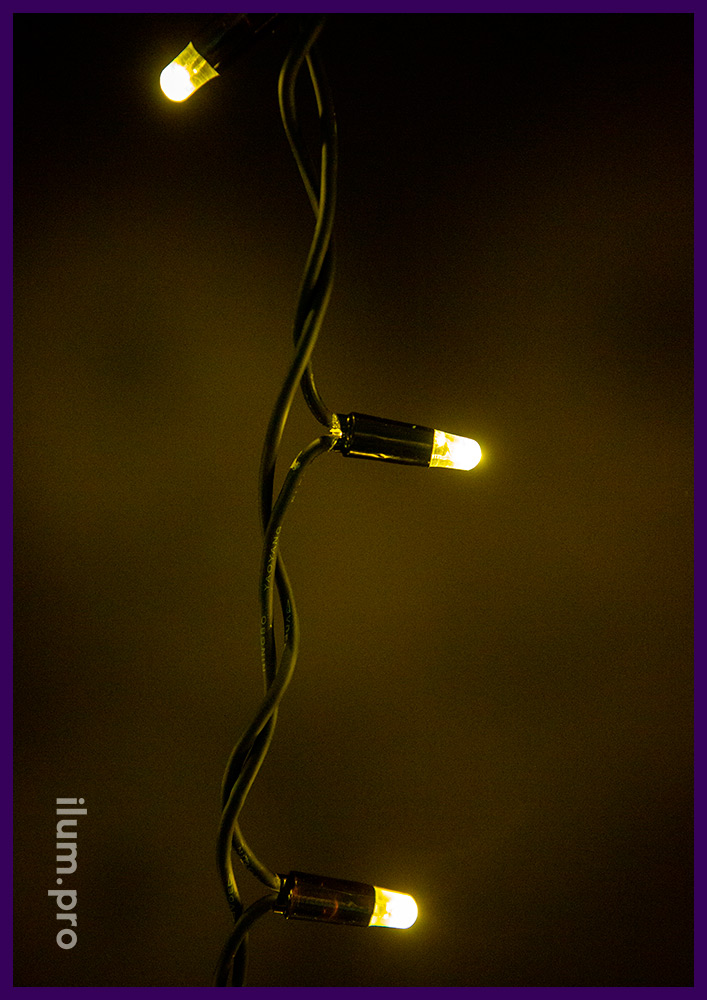 Светодиодная бахрома статического тёпло-белого свечения на чёрном проводе из резины