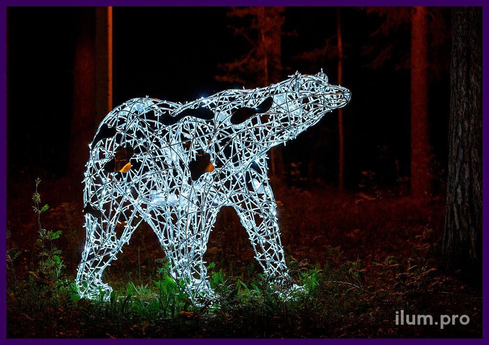 Светодиодный арт-объект в форме белого медведя из гирлянд и алюминиевой проволоки