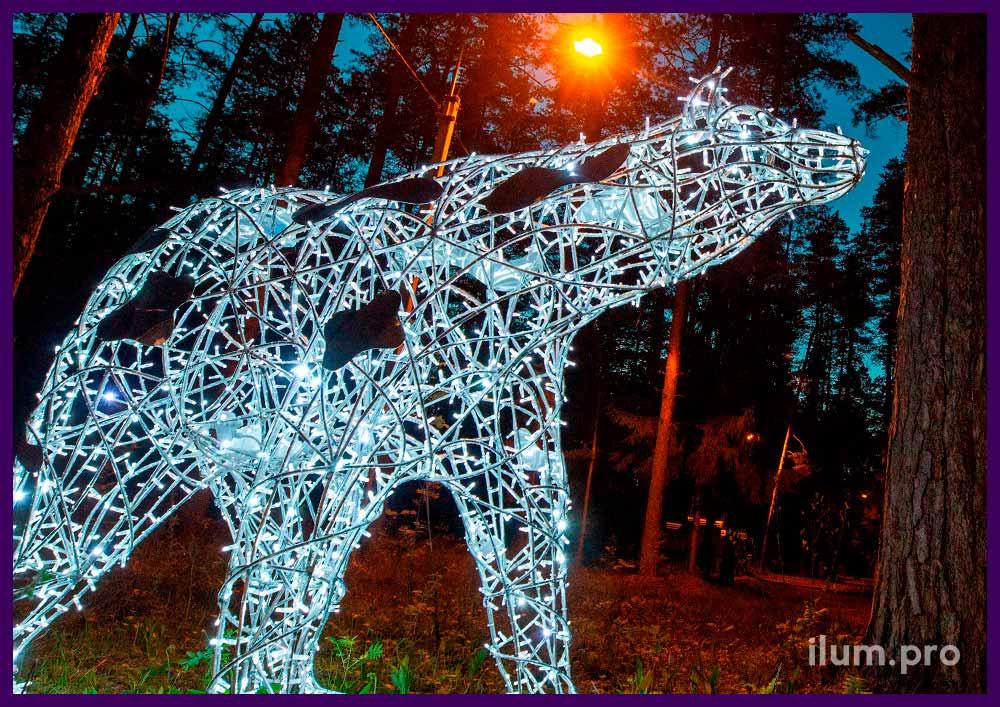 Белый медведь из гирлянд и металлического нержавеющего каркаса в городском парке