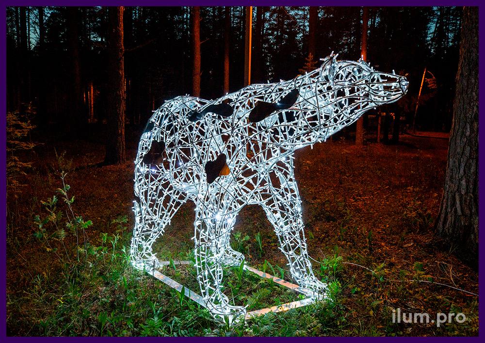 Белый медведь с уличными гирляндами - декоративная фигура с подсветкой в парке