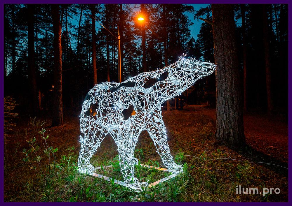 Медведь с гирляндами белого цвета на объёмном нержавеющем алюминиевом каркасе
