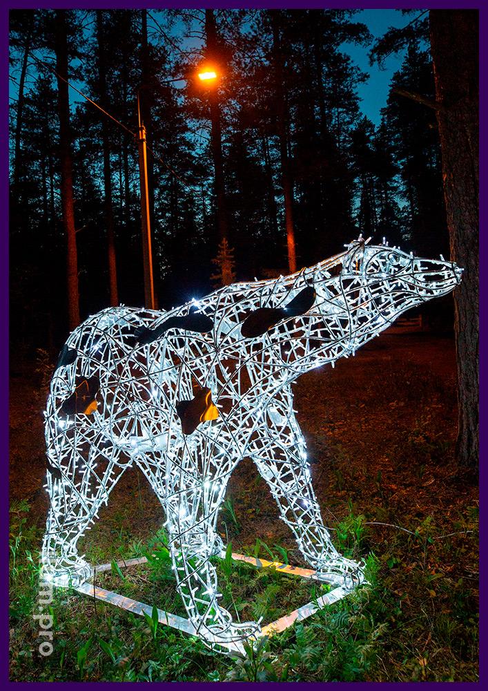 Световая фигура белого медведя с всесезонной морозостойкой иллюминацией в городском парке