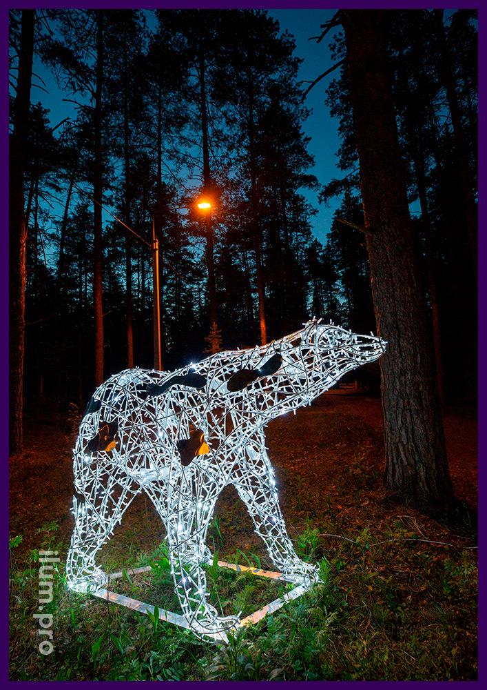 Фигура из алюминиевого каркаса и светодиодных гирлянд в парке - белый медведь