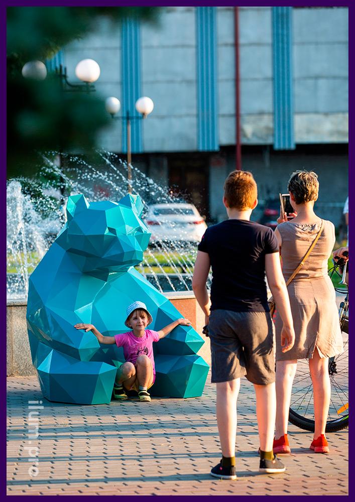 Полигональная фотозона из металла, арт-объект в форме сидящего сине-зелёного медведя