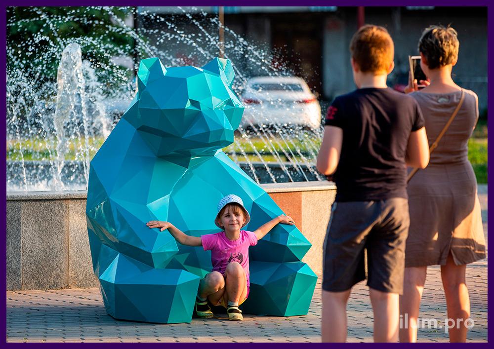 Бирюзовый полигональный медведь из стали на городской площади
