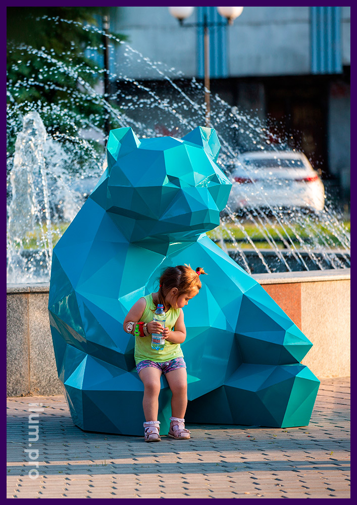 Полигональный медведь из крашеной стали, бирюзовый арт-объект для городского парка