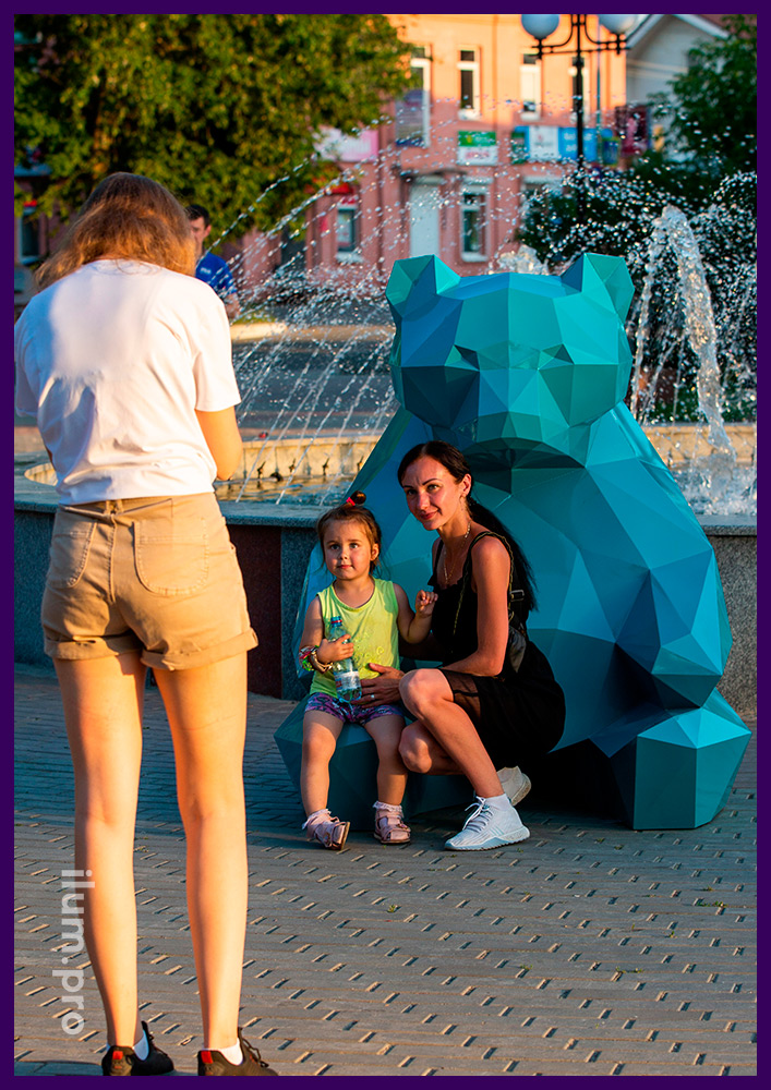 Украшение парка металлической полигональной скульптурой медведя бирюзового цвета