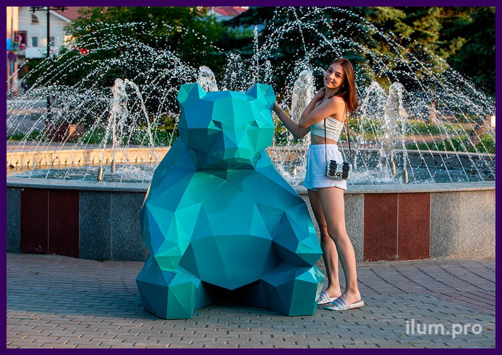 Уличная фотозона с бирюзовым полигональным медведем из крашеного металла