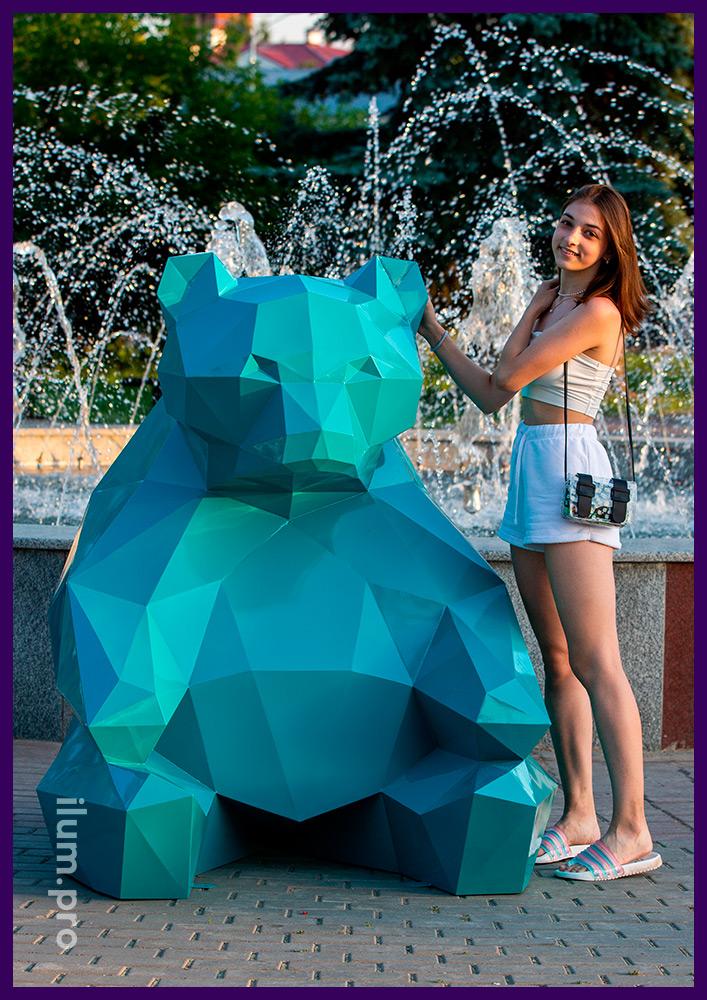 Фотозона в форме полигонального медведя с каркасом из крашеной стали бирюзового цвета