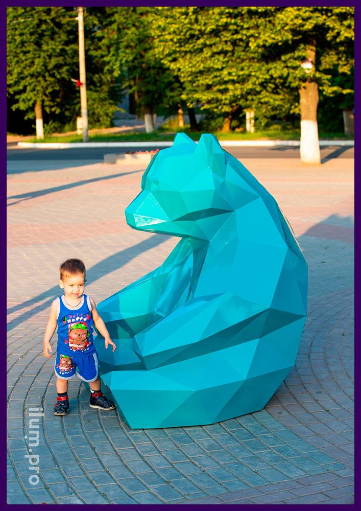 Объёмный полигональный медведь из крашеной стали высотой полтора метра