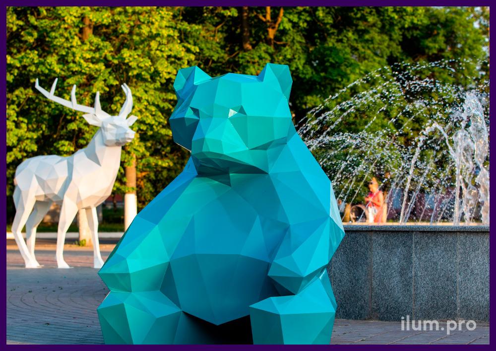 Фотозона с бирюзовой полигональной фигурой сидящего медведя рядом с фонтаном