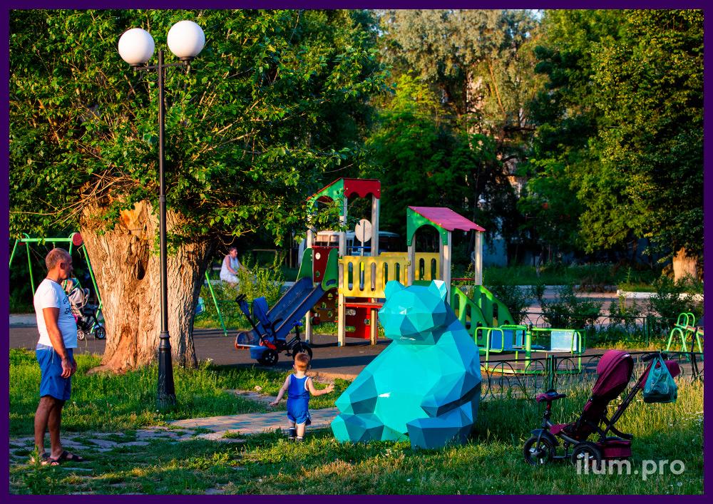 Медведь полигональный металлический бирюзового цвета - фотозона на городской площади