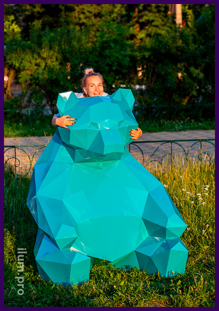 Благоустройство парка металлическими полигональными фигурами медведей