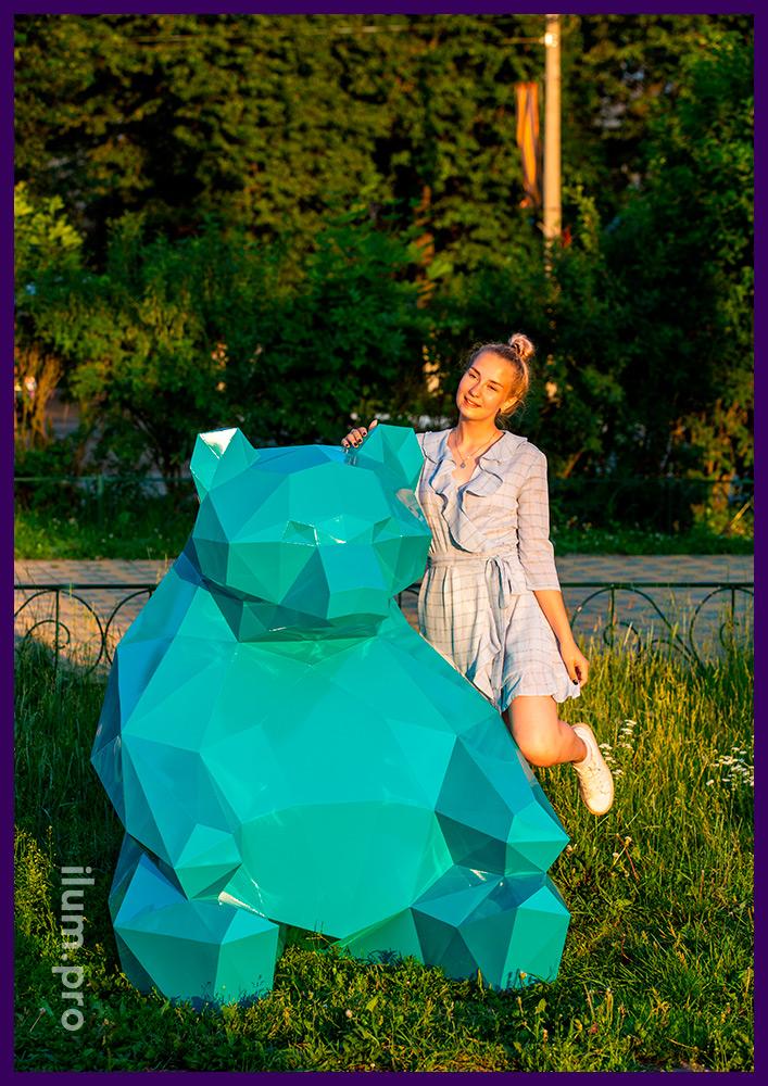 Медведь бирюзового цвета - полигональная металлическая фигура для улицы