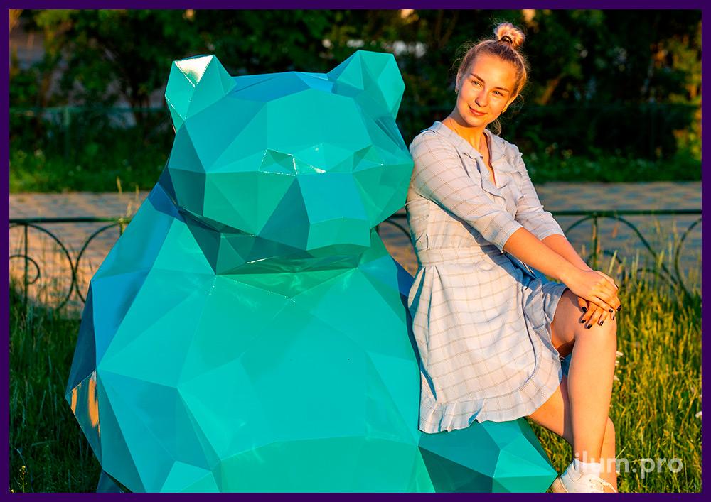 Металлический полигональный медведь сине-зелёного цвета в городском парке