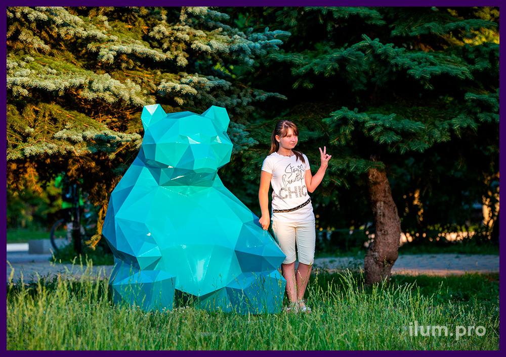 Металлическая полигональная фигура медведя из крашеной листовой стали