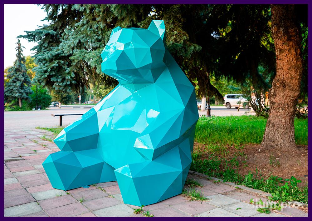 Фотозона в парке - металлический полигональный медведь высотой полтора метра