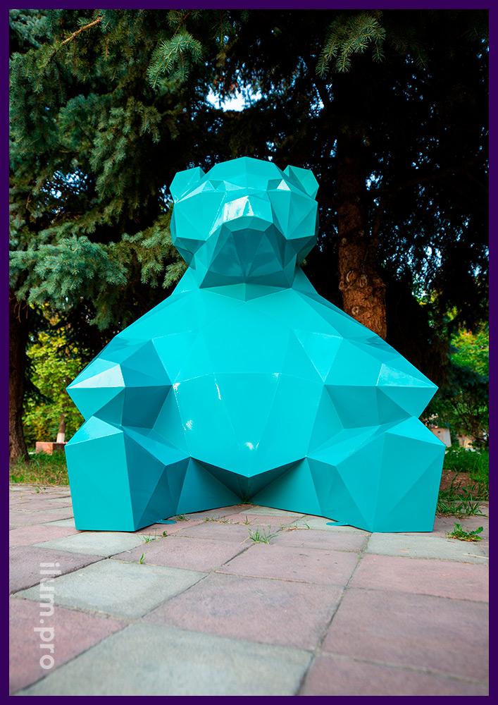 Бирюзовая полигональная фигура медведя из крашеной стали в городском парке