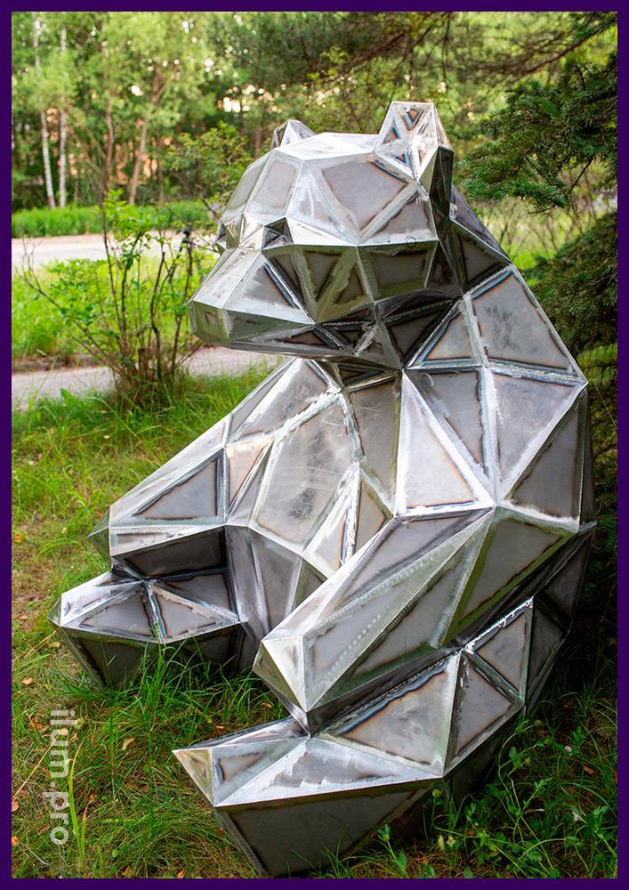 Объект из металла для украшения парка - полигональная фигура сидящего медведя