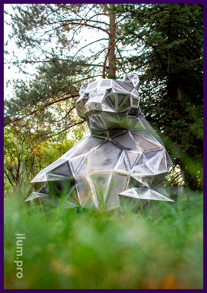 Polygonal art object for decorating parks and squares - a figure of a sitting bear made of steel