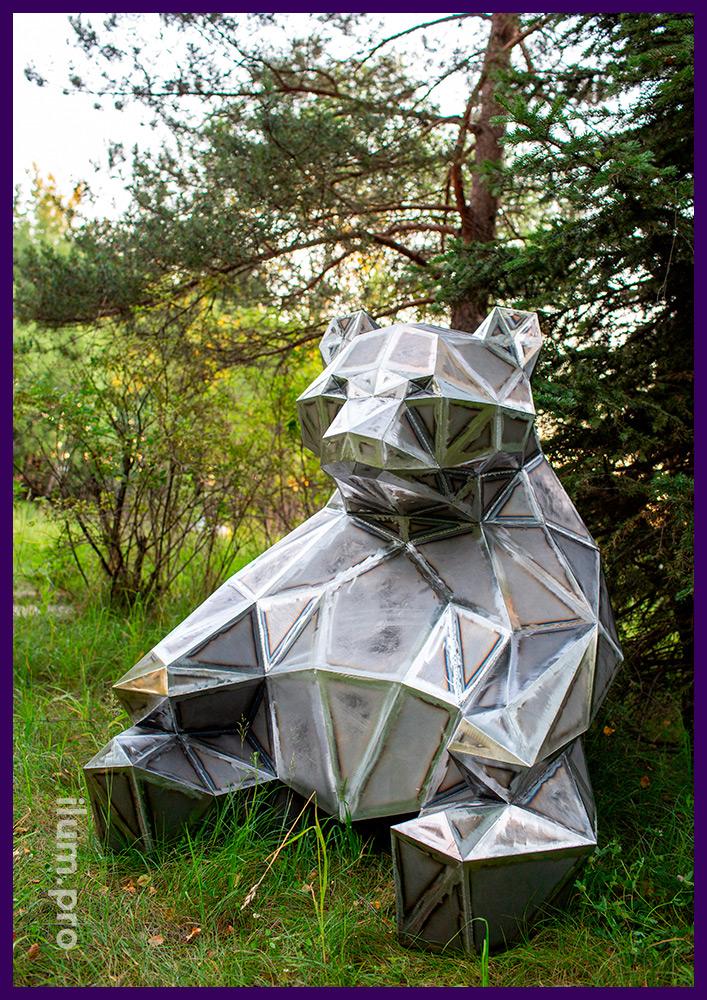 Фигура стальная полигональная, медведь, сидящий на газоне городского парка
