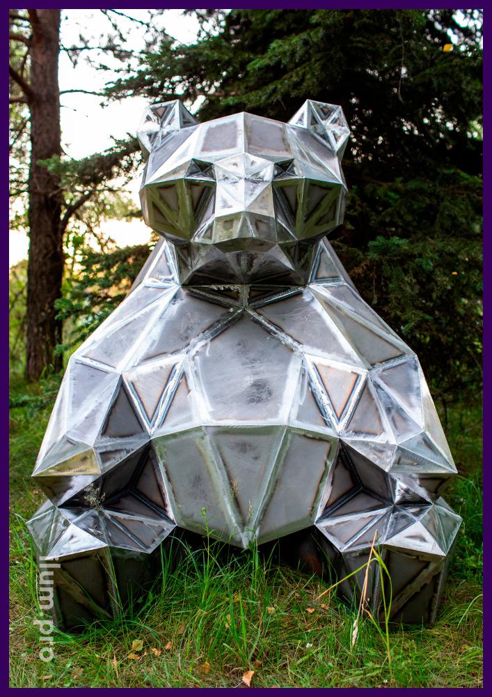Полигональный медведь из металла в городском парке, благоустройство территории