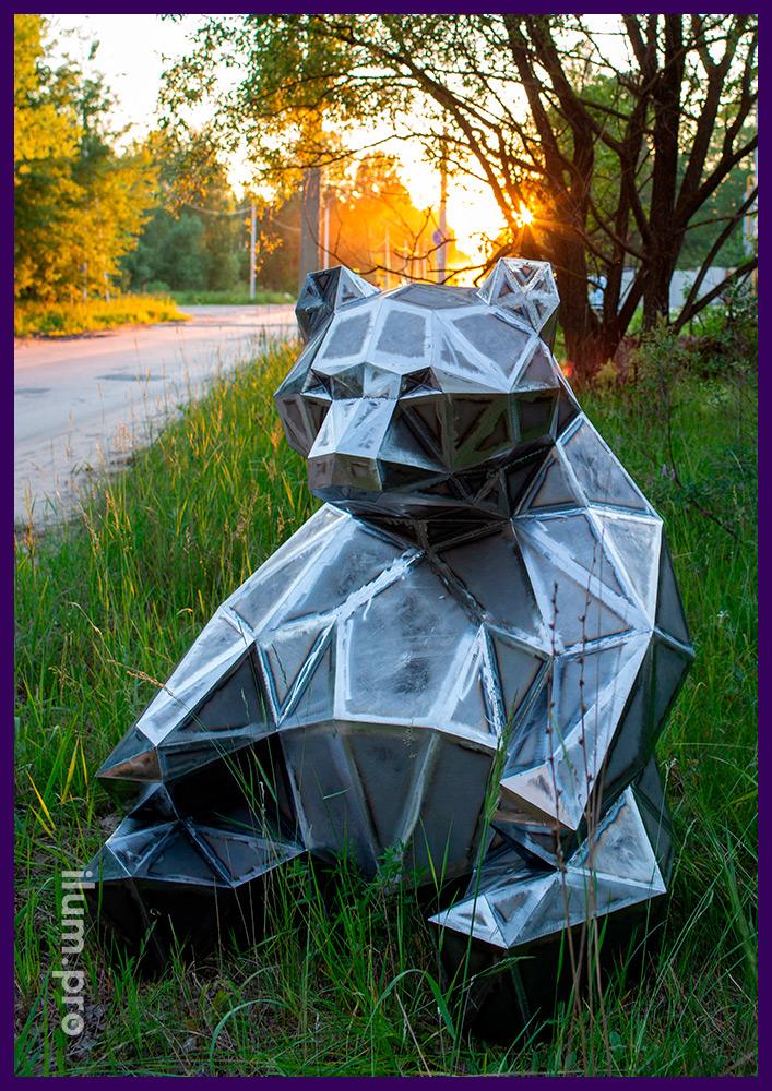 Объёмная полигональная фигура медведя из стали, арт-объект для улицы и интерьера