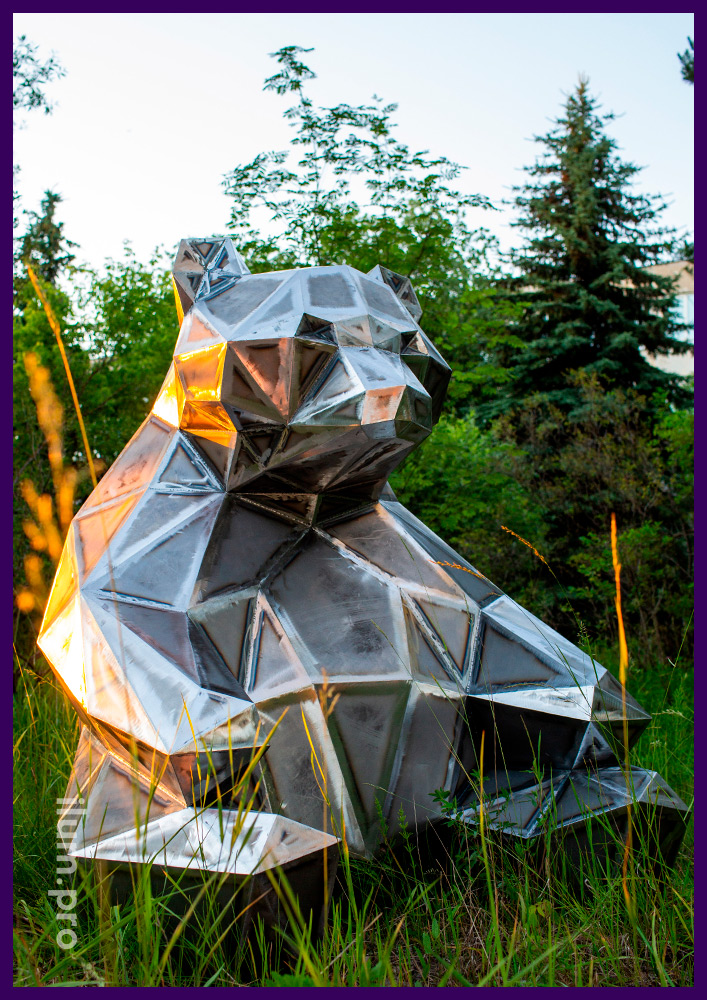 Landscape sculpture made of metal-polygonal bear with a height of 150 centimeters