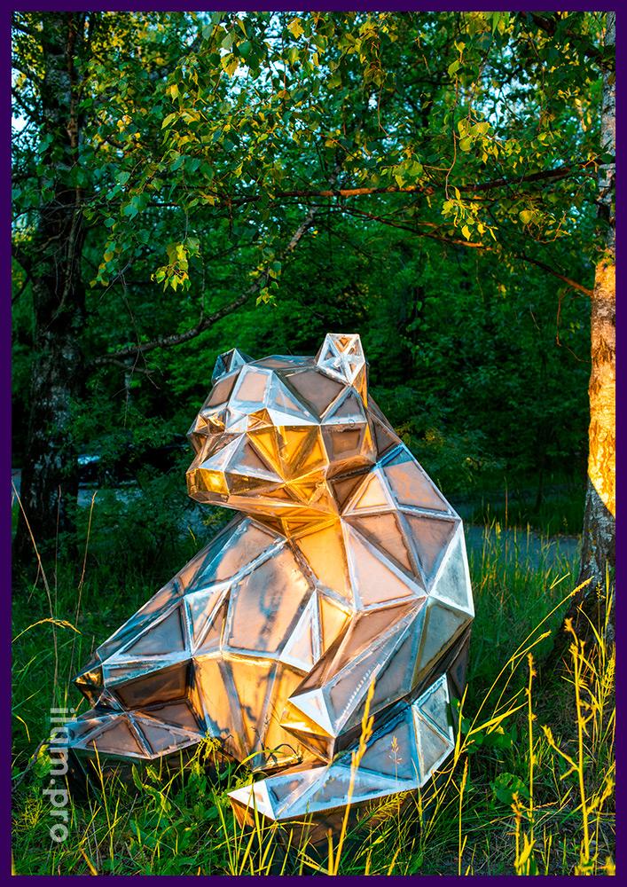 Объёмная полигональная скульптура медведя из стали для установки на улице или в интерьере