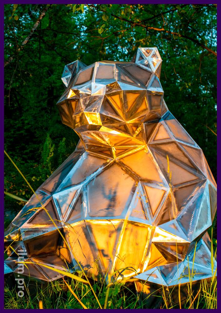 Полигональный медведь, сваренный из листовой стали, фигура, подготовленная к окрашиванию