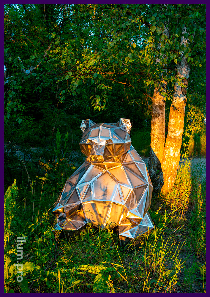 Polygonal garden and park sculpture made of metal, bear for lawn decoration