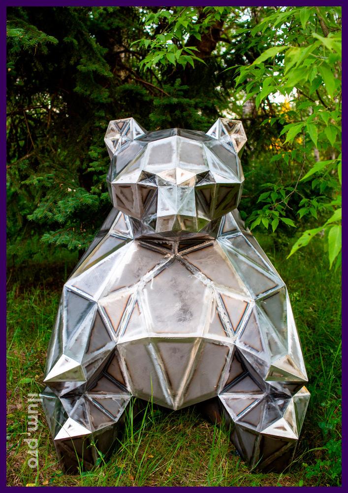 Фигура полигональная металлическая в виде крупного медведя для украшения газона