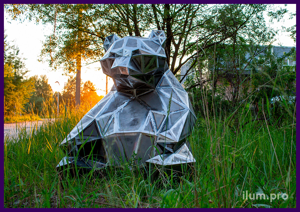 Фигура полигональная металлическая в форме сидящего на газоне медведя