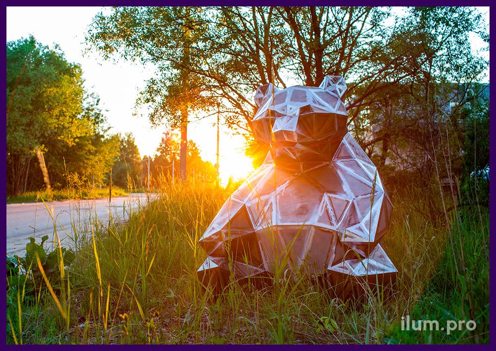 Полигональная металлическая скульптура в форме сидящего медведя, уличный арт-объект