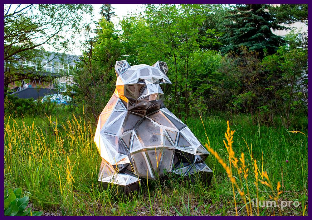 Медведь полигональный стальной, сидящая фигура животного в парке, высота 1,5 м