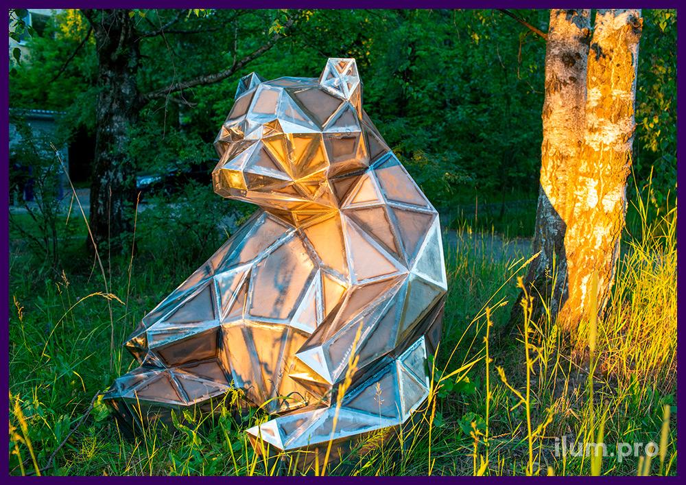 Медведь полигональный из листовой стали - фигура сидящего в парке животного