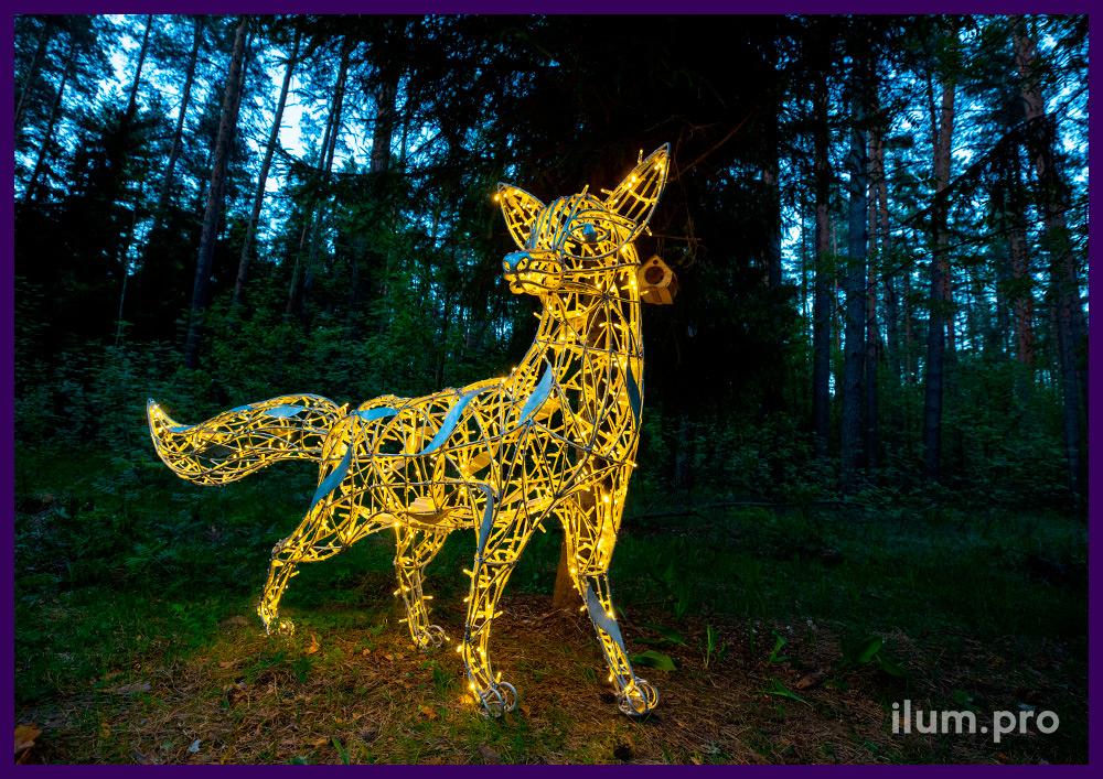Фигура огненного лиса из светодиодных гирлянд и алюминиевой проволоки