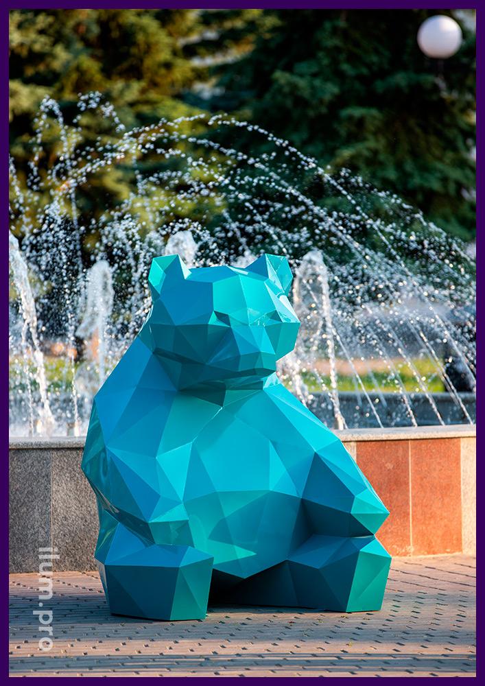 Необычный садово-парковый арт-объект в виде полигонального медведя из стали