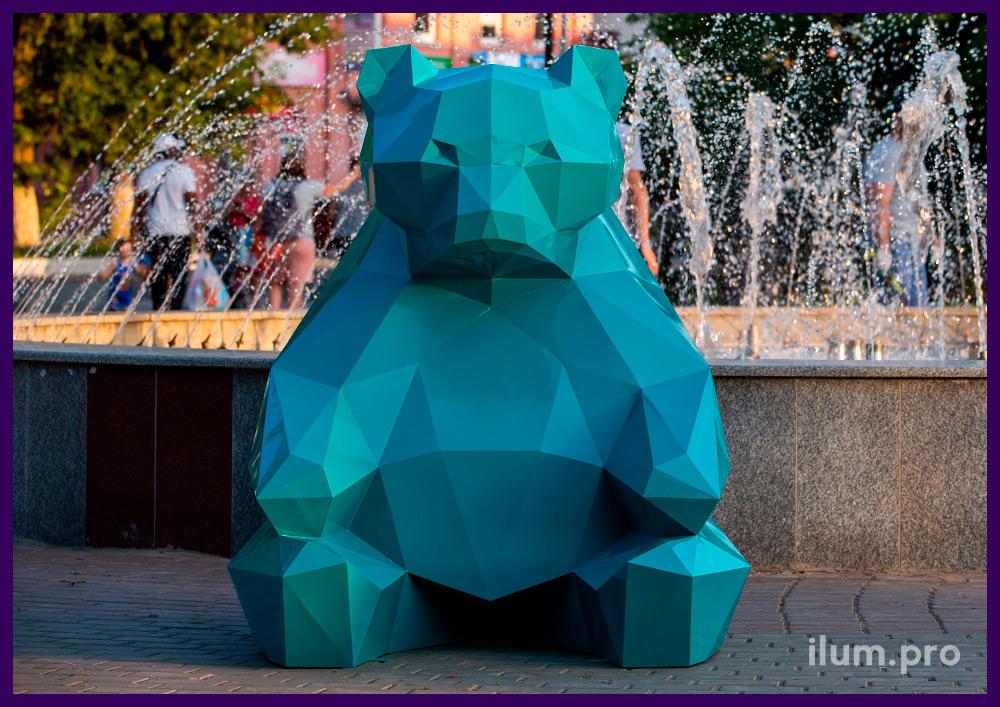 Полигональная фигура медведя бирюзового цвета - металлическая ландшафтная скульптура