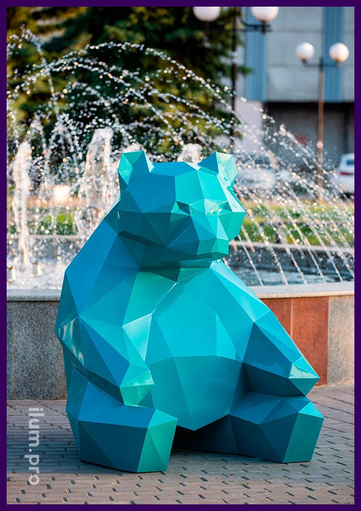Сидящий полигональный медведь из стали, бирюзовый арт-объект для украшения ландшафта