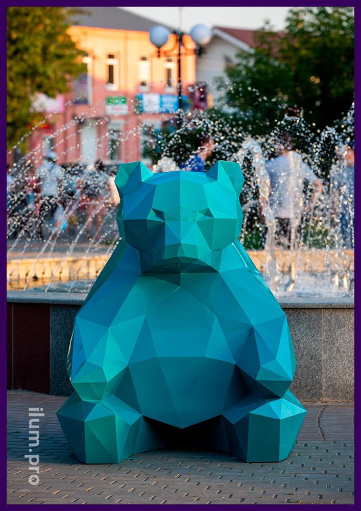Металлическая объёмная скульптура медведя в полигональном стиле в парке
