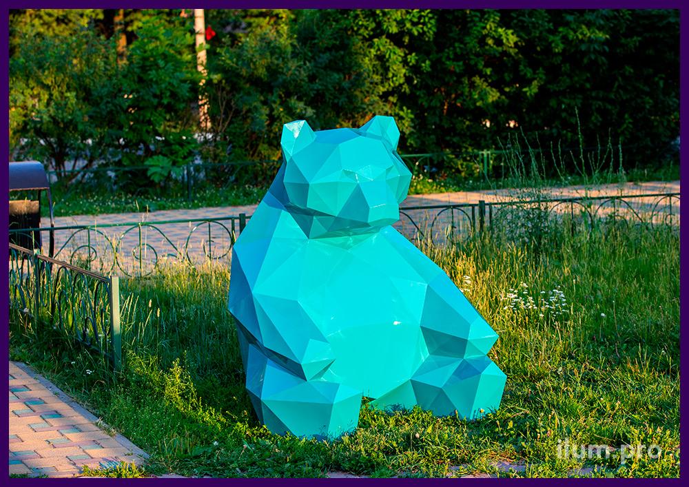 Металлическая фотозона бирюзового цвета на городской площади, полигональный медведь высотой 1,5 м